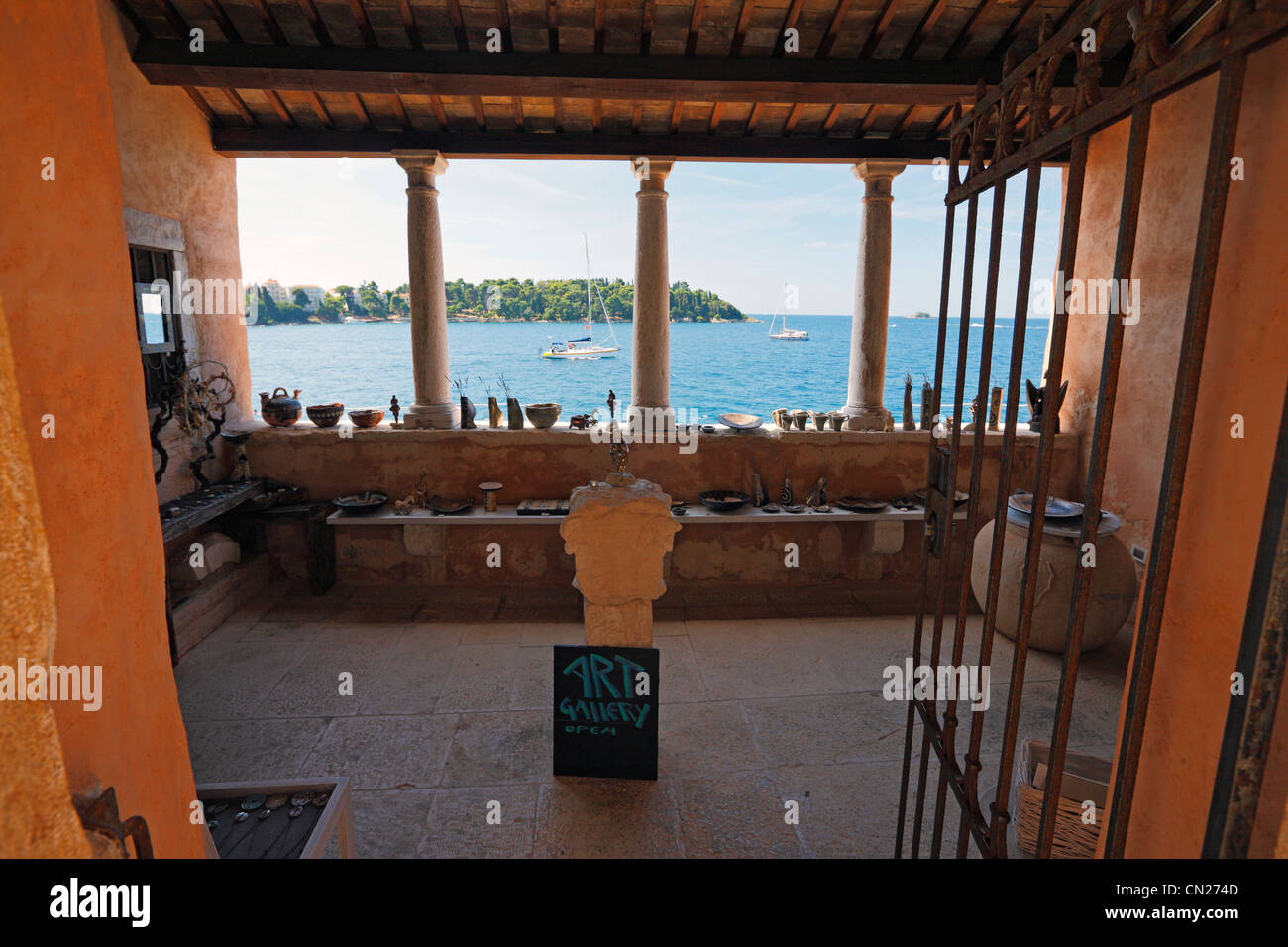 Rovinj souvenir store in old house - Stock Image