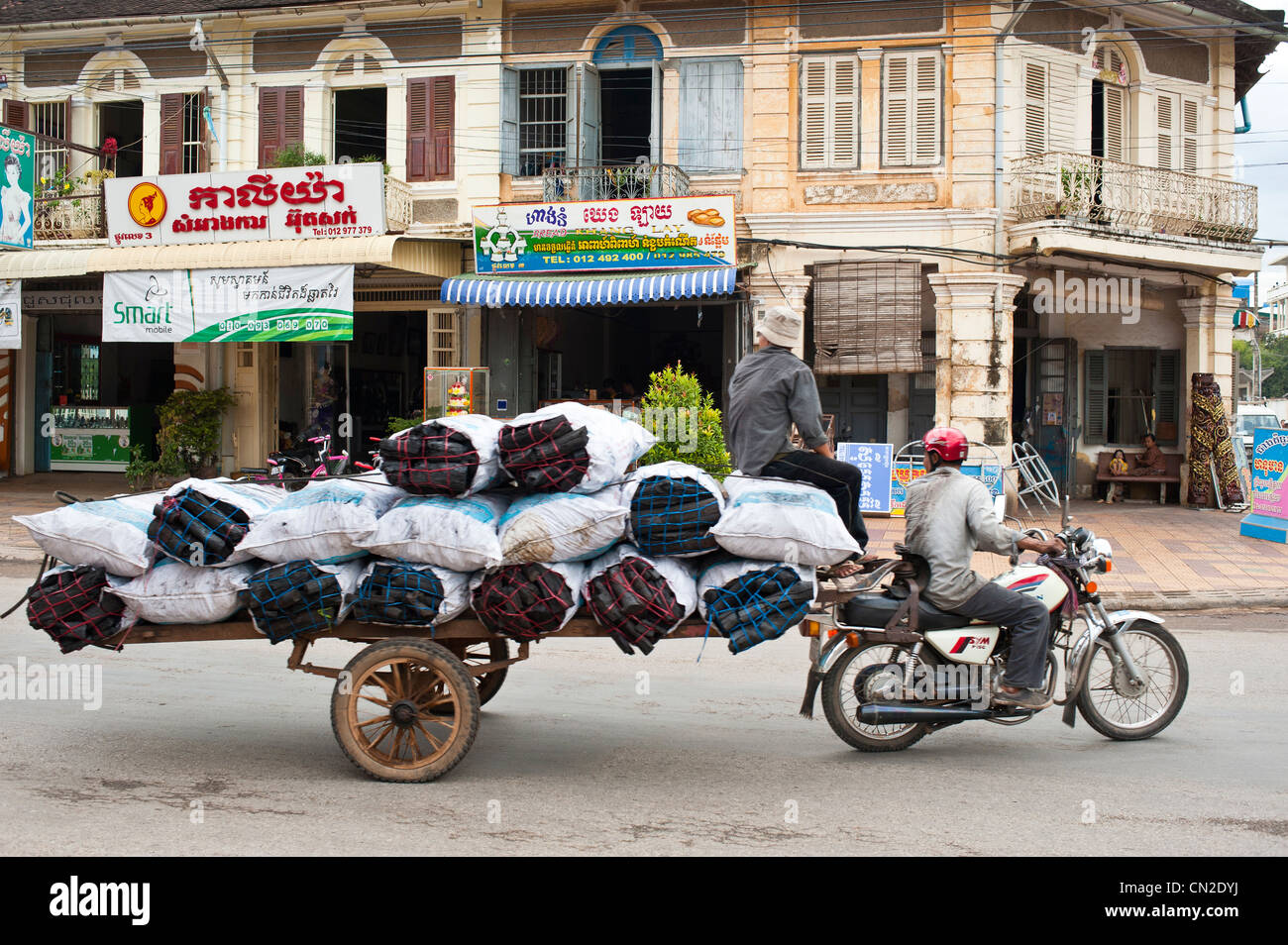 Cambodia, Battambang Province, town of Battambang, coal deliverer in front of an old colonial house - Stock Image