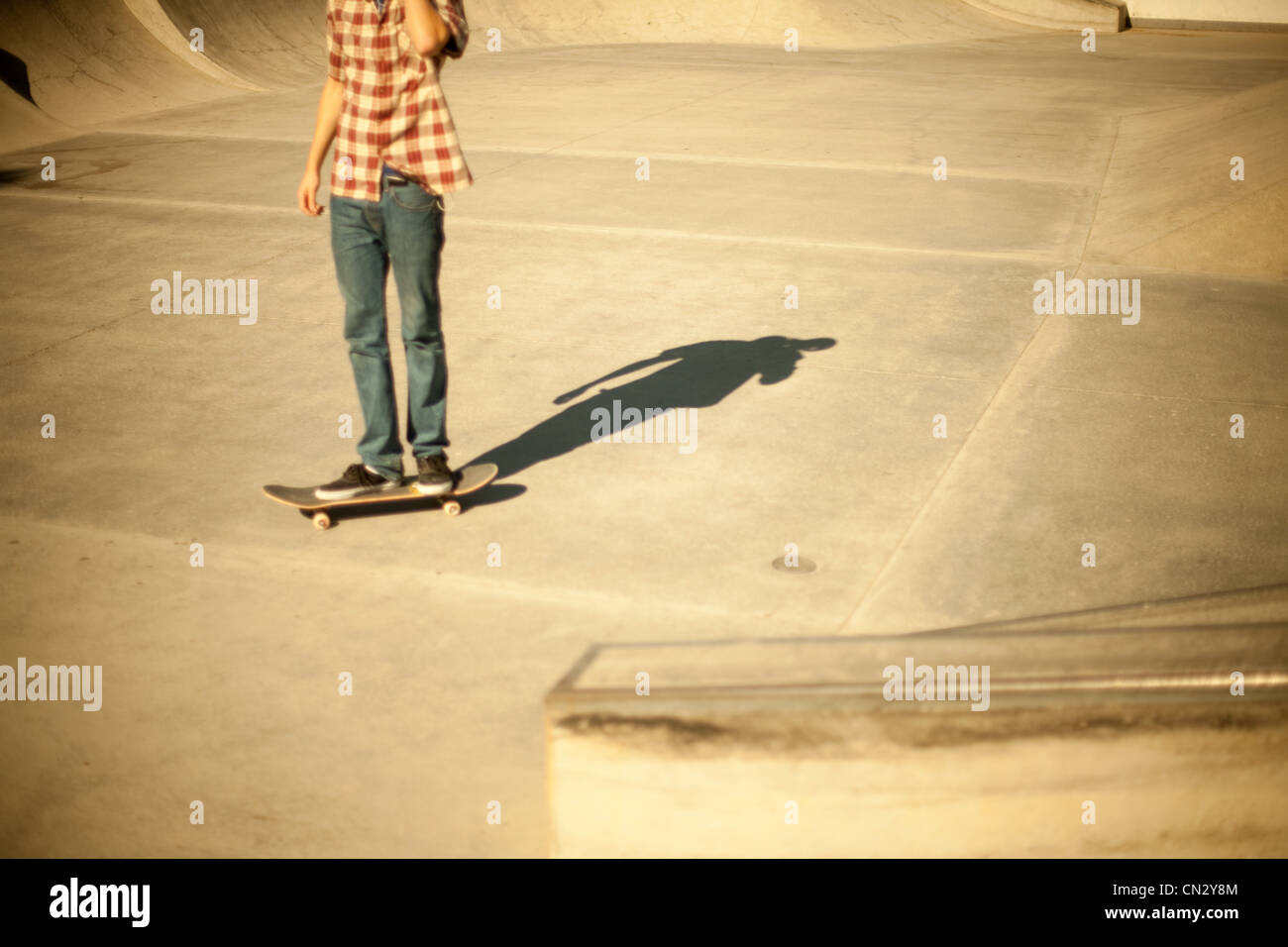 Skateboarder in skate park - Stock Image