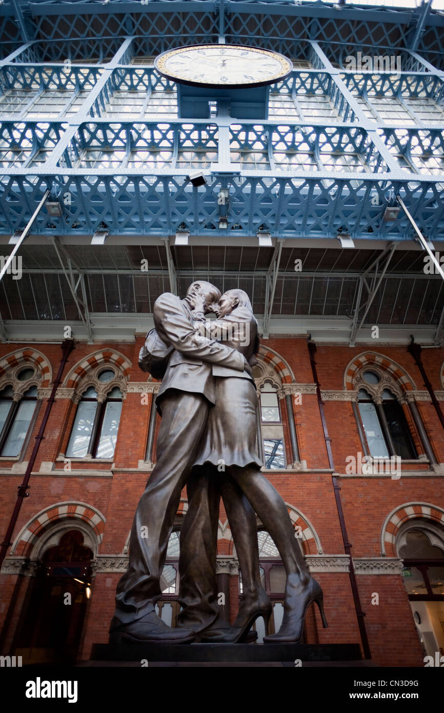 England, London, St.Pancras Station, The Meeting Place Statue by Paul Day - Stock Image