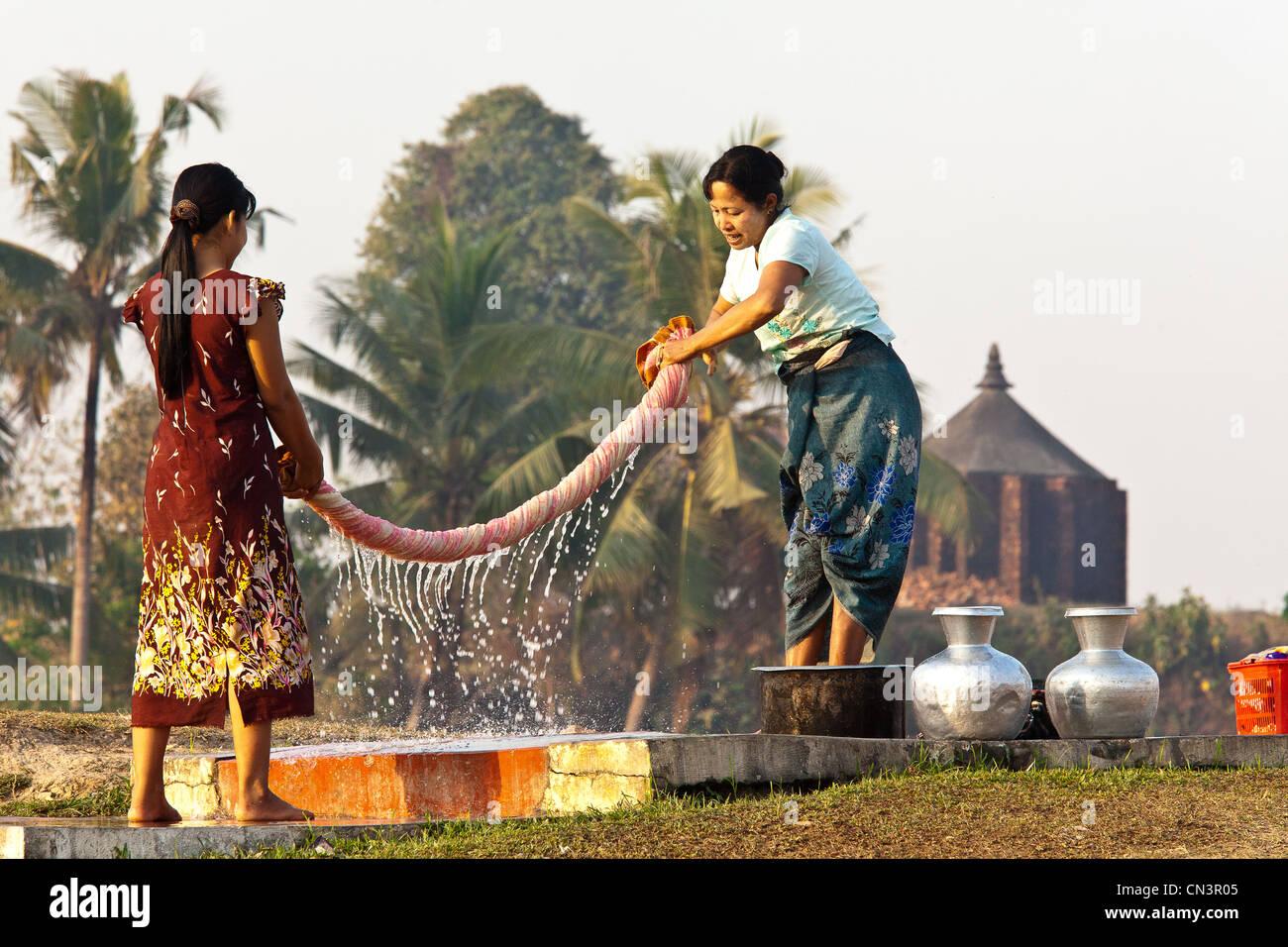 Myanmar (Burma), Rakhine (Arakan) state, Mrauk U, linen wringing - Stock Image