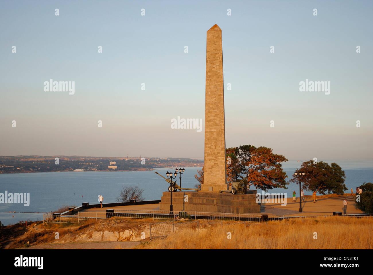 Ukraine. Crimean Peninsula. Kerch. Obelisk of Glory. Erected in 1944 and designed by Moisei Ginzburg (1892-1946). - Stock Image