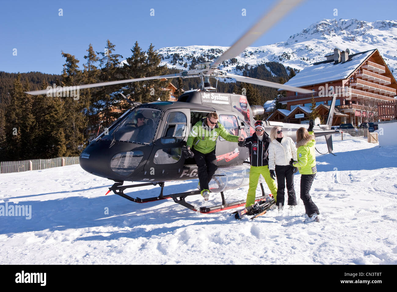 France, Savoie, Méribel, massif of Vanoise, Tarentaise valley, ski slopes of 3 valleys, couples in sports of - Stock Image