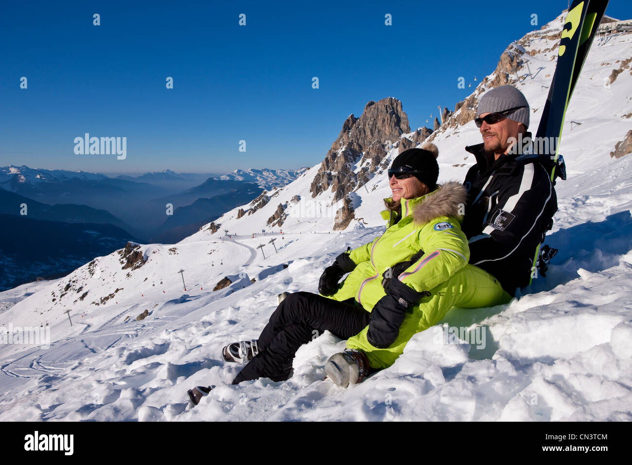 France, Savoie, Méribel, Ski slopes of 3 valleys, couple with the winter sports with a view of the Croix de - Stock Image