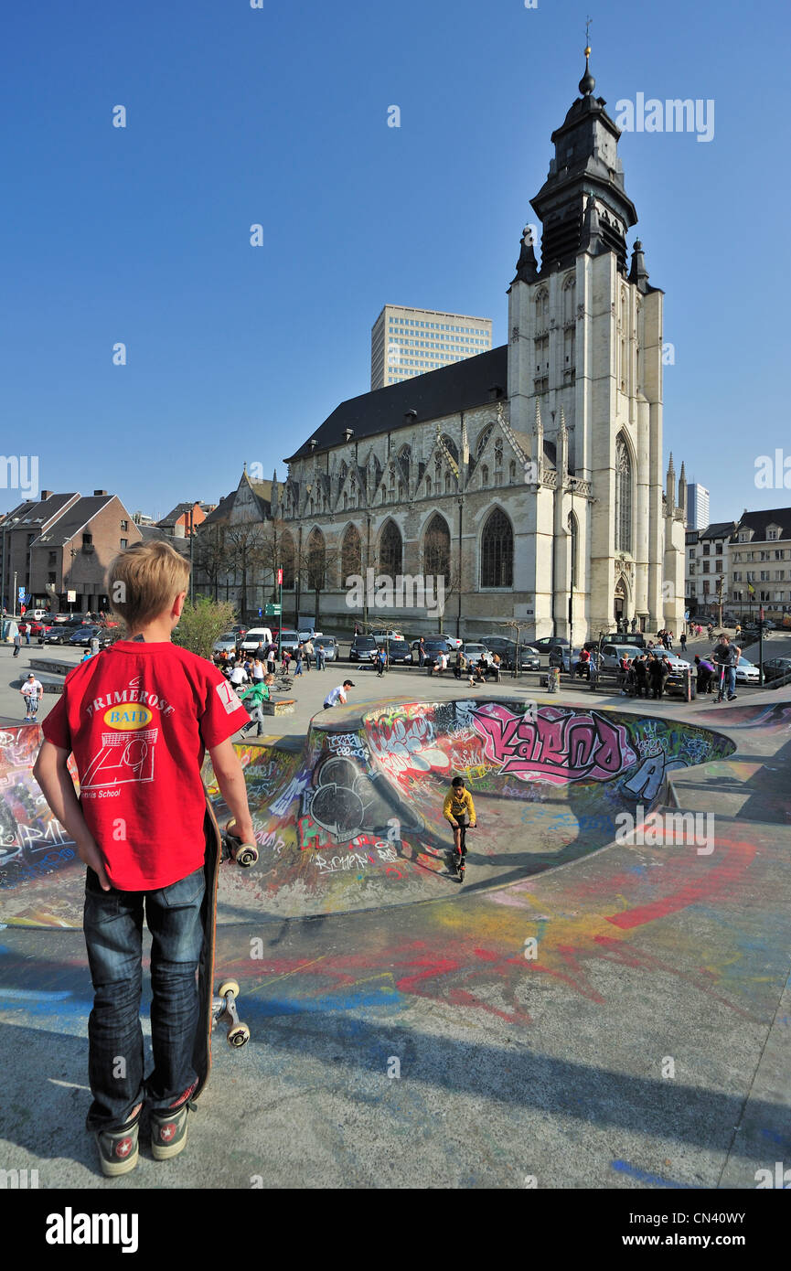 Skatepark and the Kapellekerk / Église de la Chapelle, church situated in the Marolles / Marollen district - Stock Image