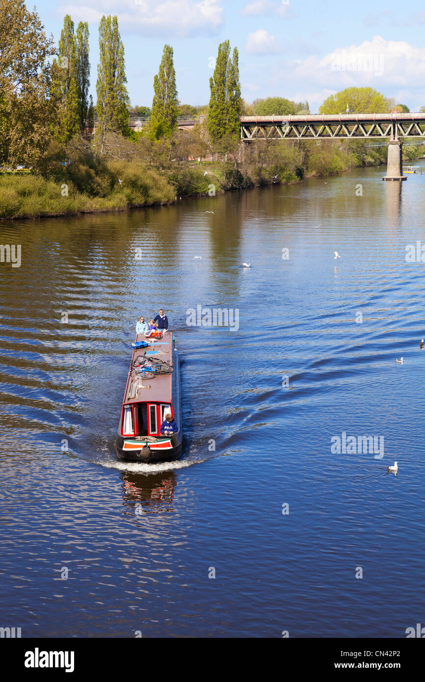 Narrowboat with young family on the River Severn at Worcester - Stock Image