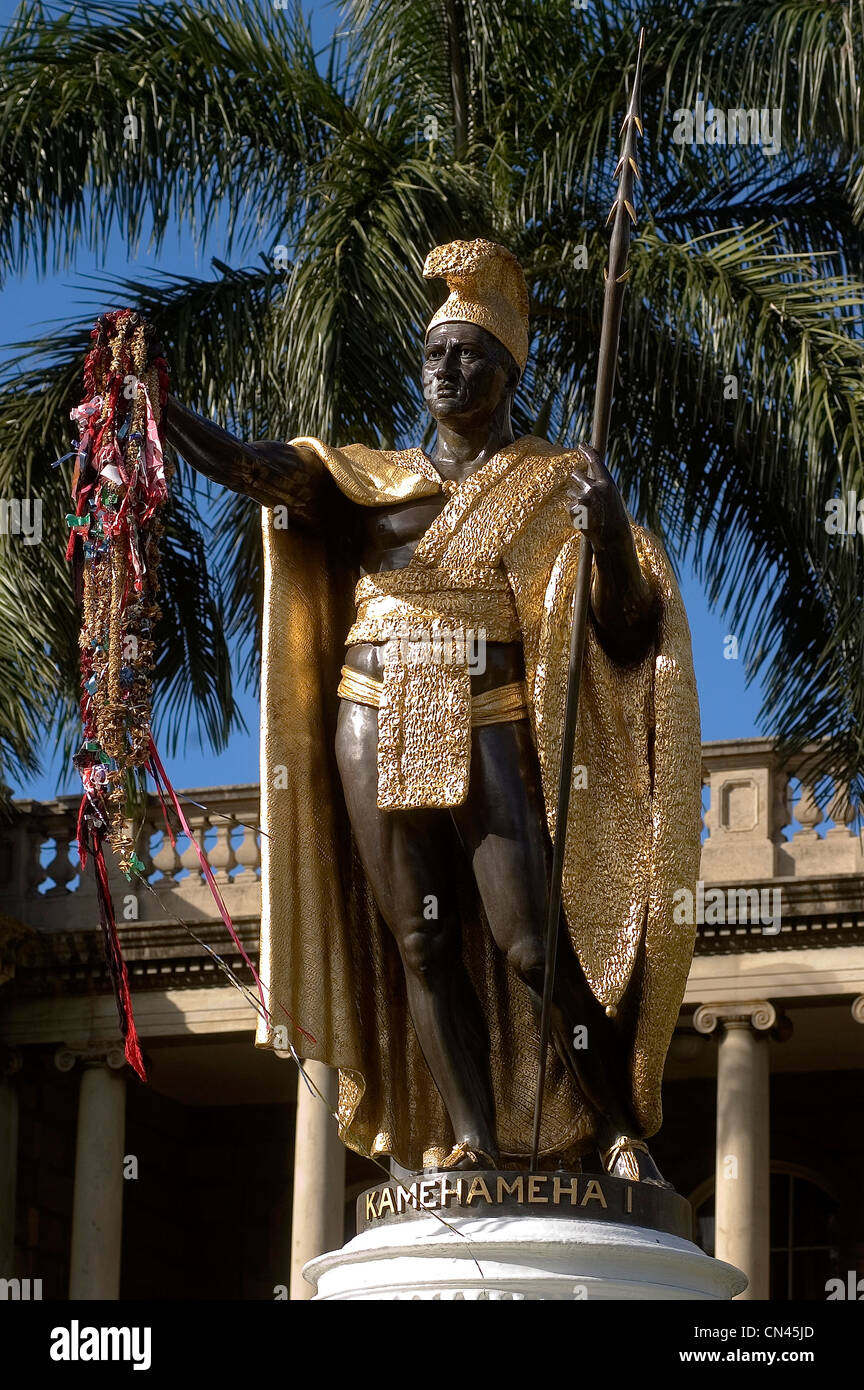Elk284-1173v Hawaii, Oahu, Honolulu, Ali' iolani Hale, 1874 with statue of King Kamehameha I with lei offerings - Stock Image