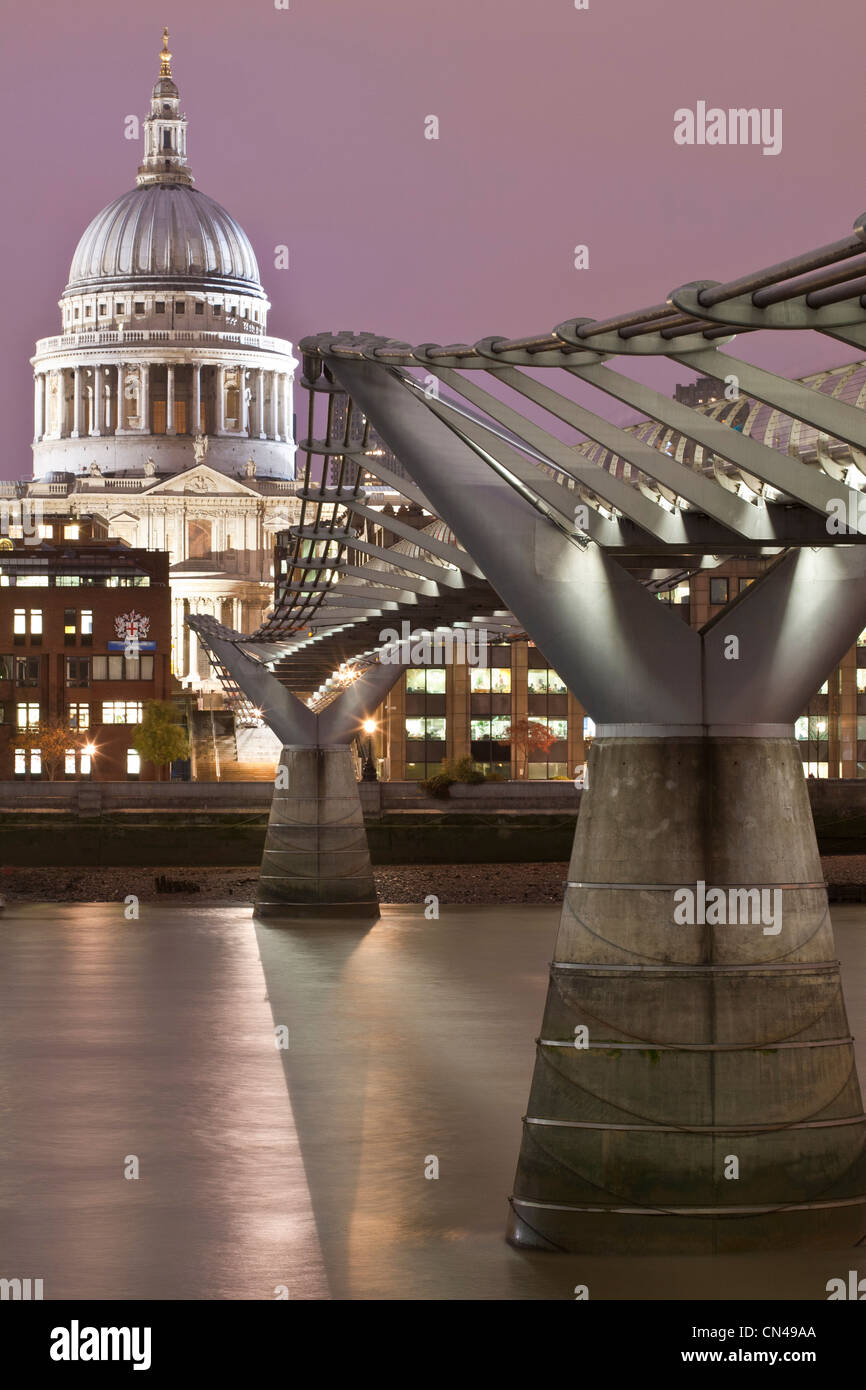 United Kingdom, London, Millenium Bridge by architect Norman Foster open in 2000 with the City in the background - Stock Image