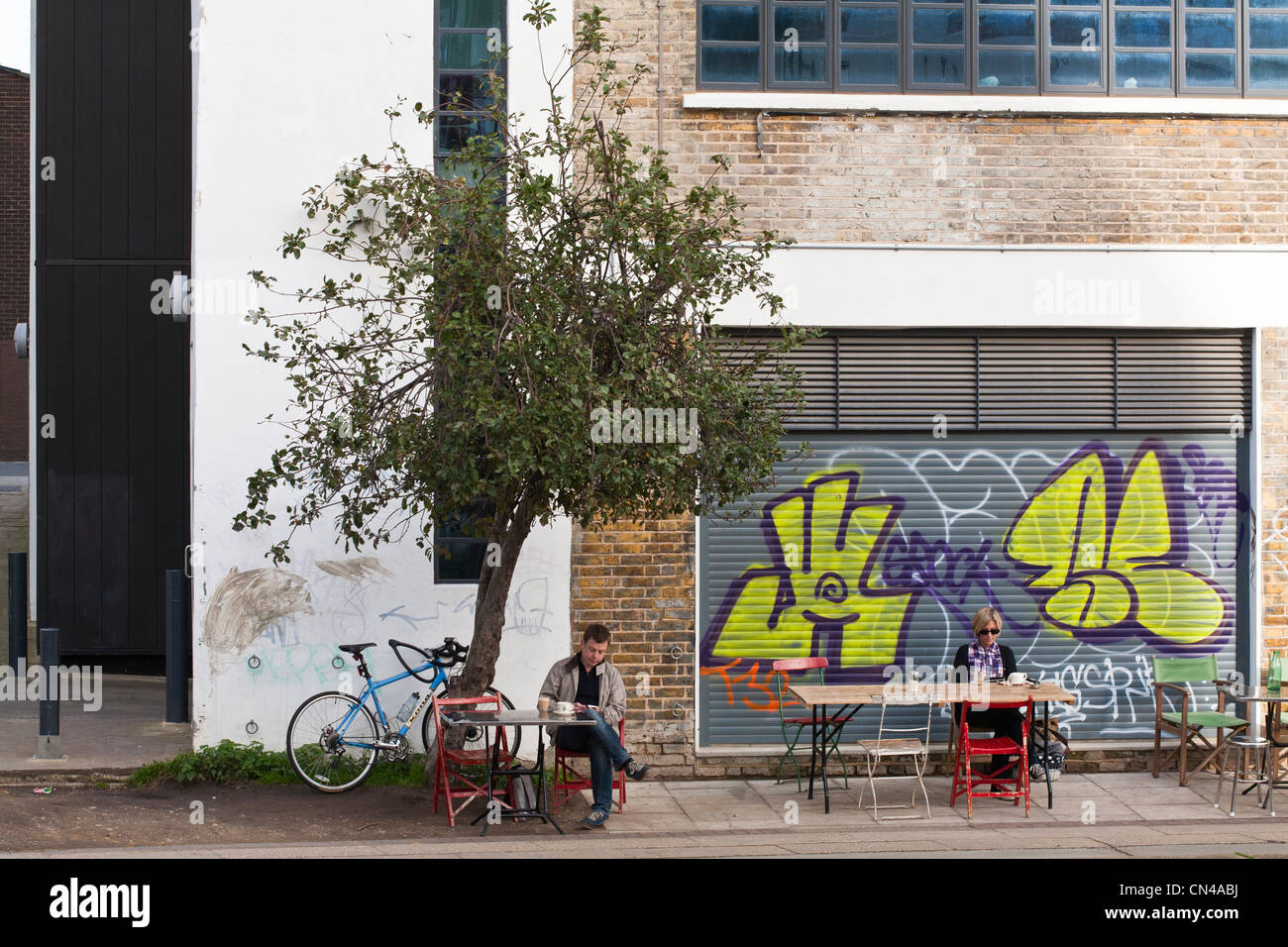 United Kingdom, London, Hackney, Regent's Canal, Towpath cafe open in 2010 by the canal - Stock Image