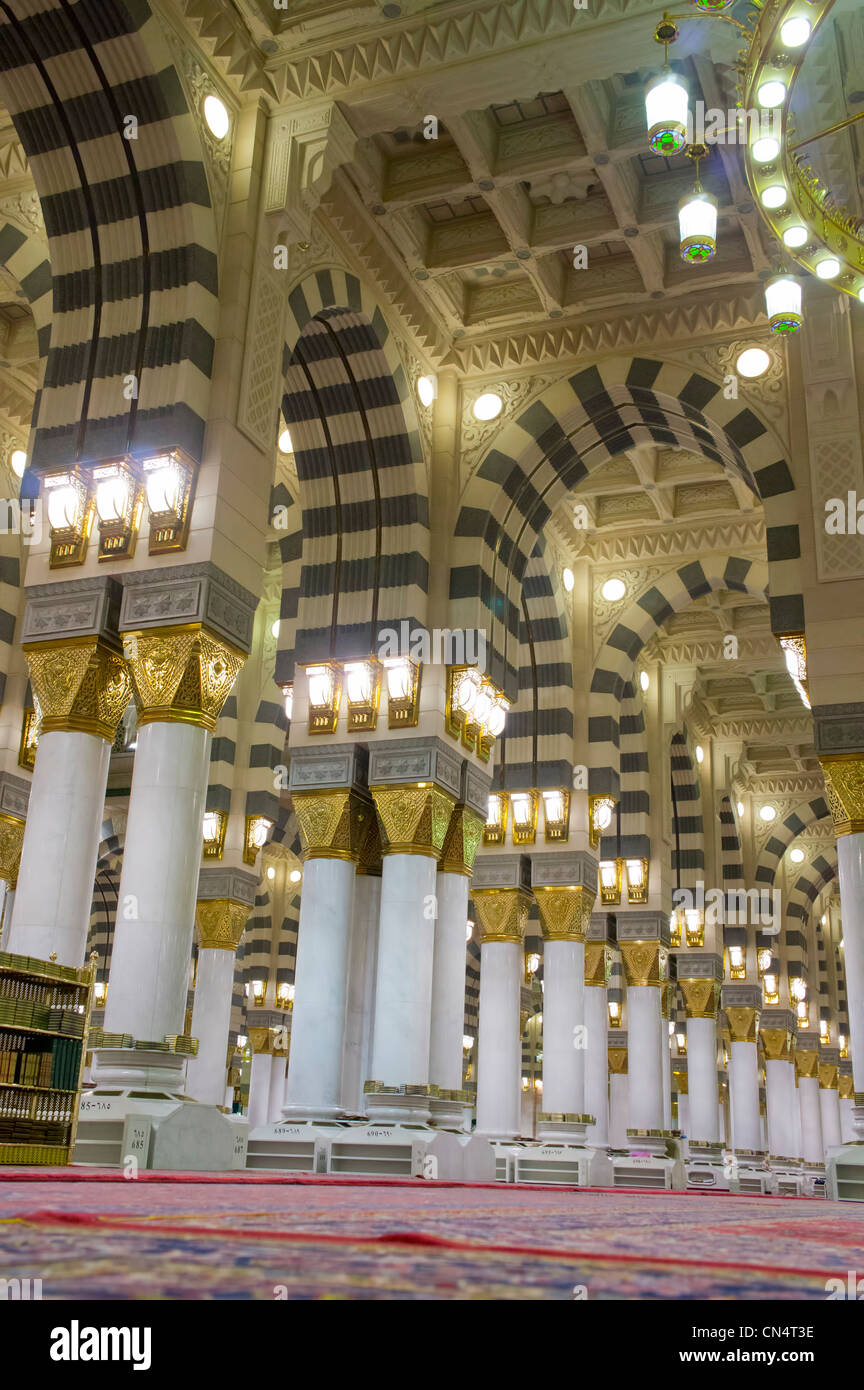 Interior of Masjid (mosque) Nabawi in Al Madinah, Saudi Arabia. Nabawi mosque is the 2nd holiest mosque in Islam. - Stock Image