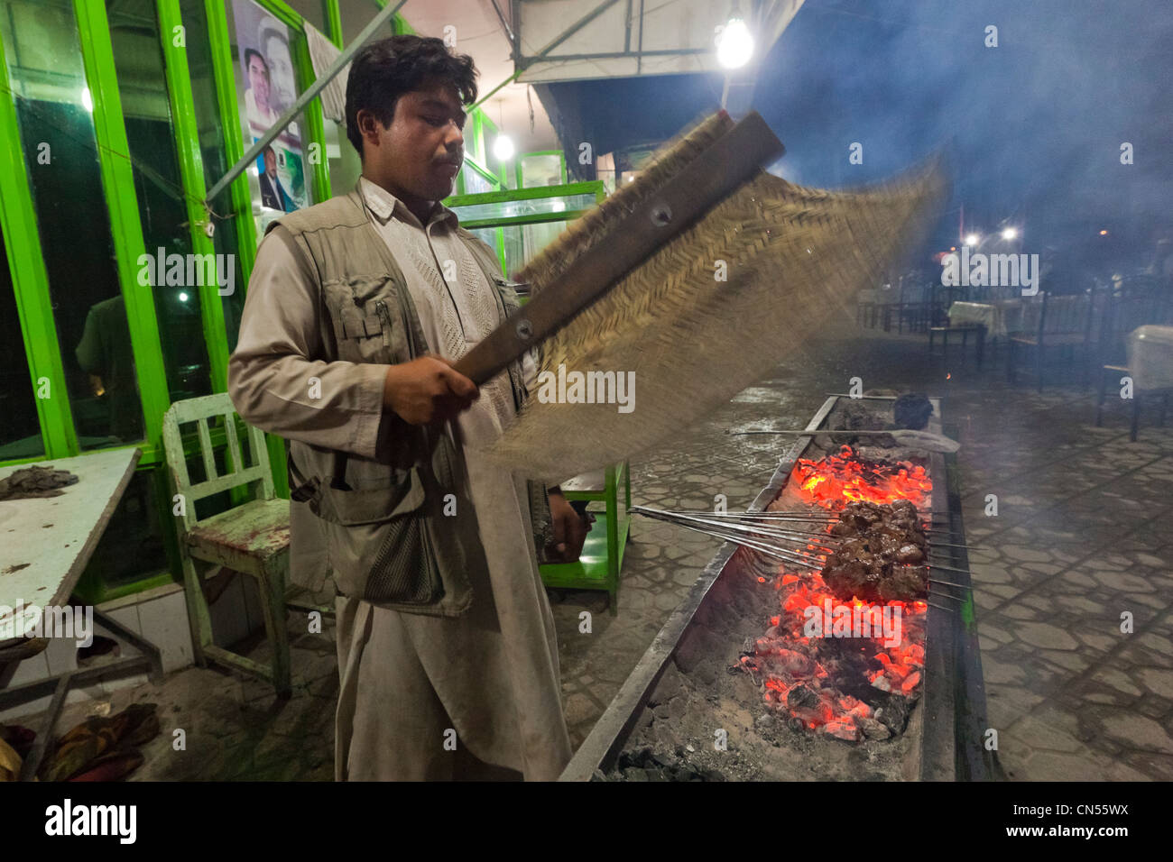Afghanistan, Balkh province, Mazar-i-Sharif, Chaikhana restaurant, man preparing mutton skewers (shashlik) - Stock Image