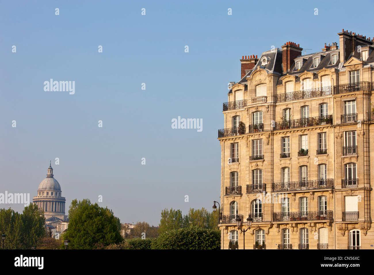 France, Paris, Haussmann building type facade on the Ile St Louis - Stock Image