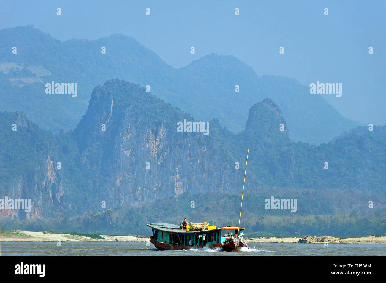 Laos, Luang Prabang Province, Pak Ou, Mekong River, traditional flat-bottomed boat connecting with neighboring Thailand - Stock Image