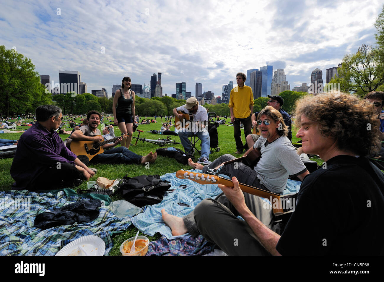 United States, New York City, Manhattan, Central Park, Sundays on the Sheep Meadow, meeting of a group of musicians - Stock Image