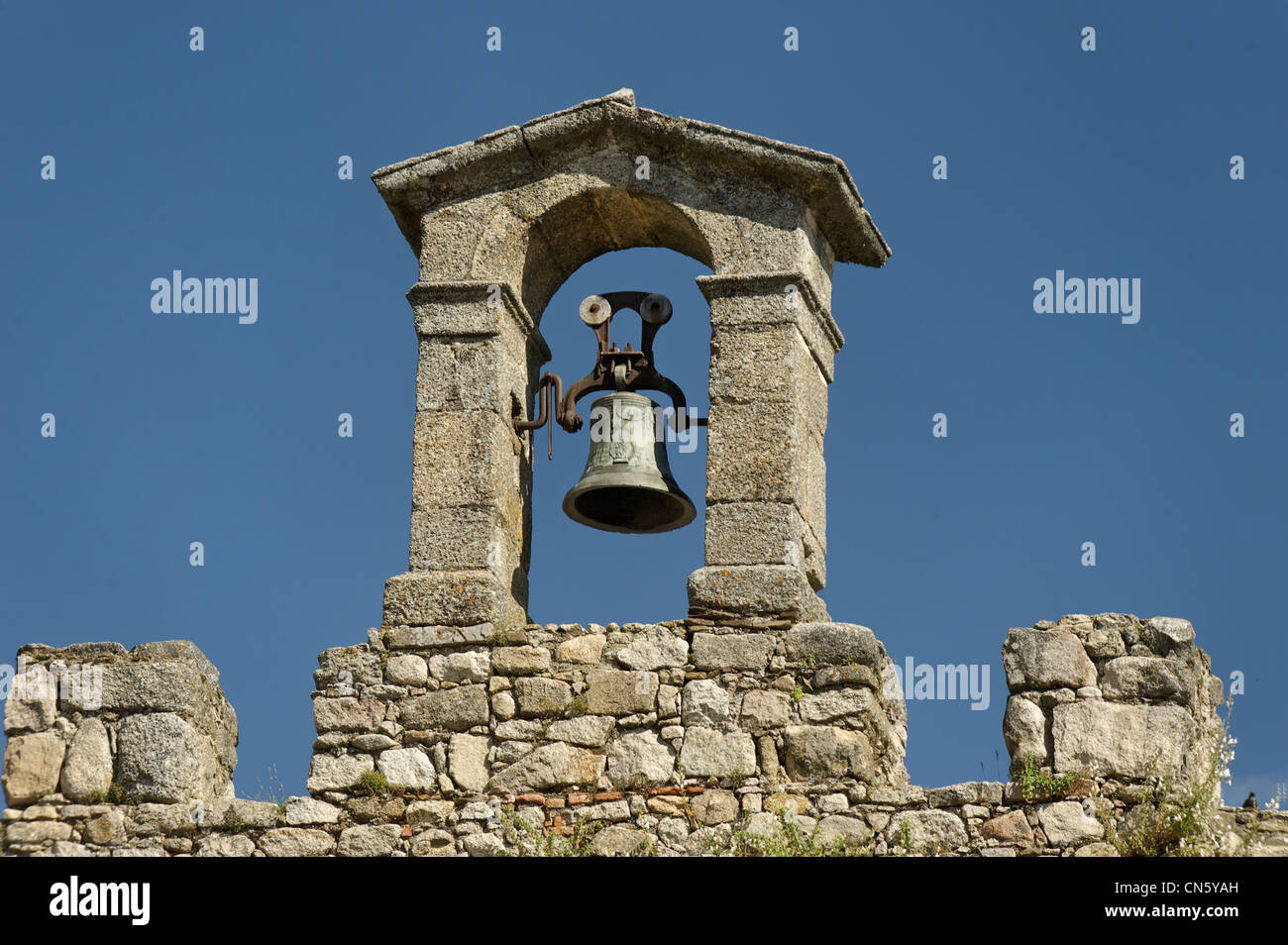 Spain, Extremadura, Trujillo, alarm bell on the battlements of the castle walls - Stock Image