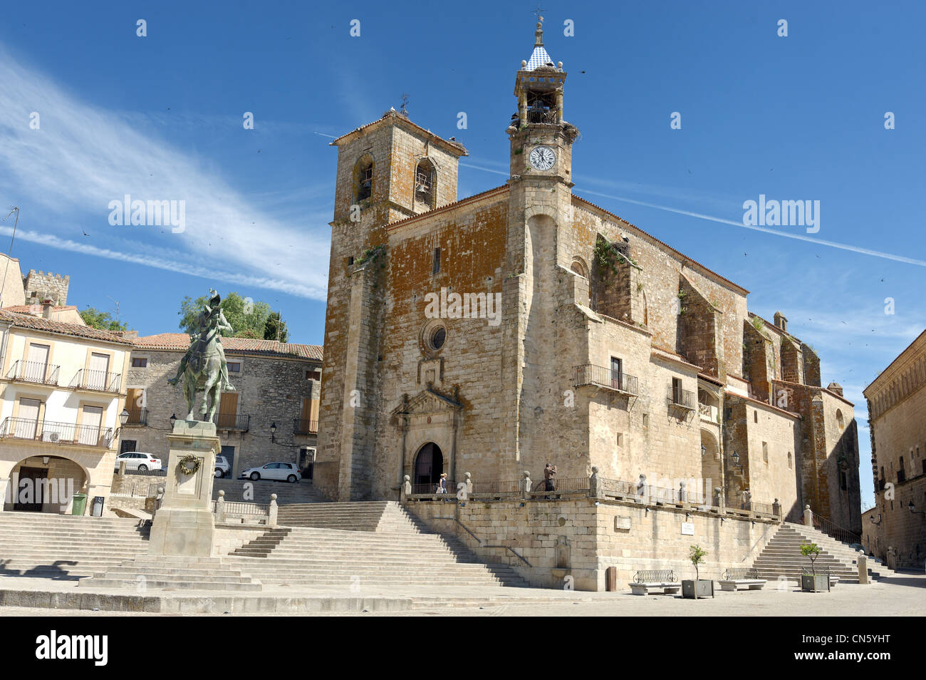 Spain, Extremadura, Trujillo, plaza Mayor, church of San Martin in front of the equestrian statue of Pizarro - Stock Image