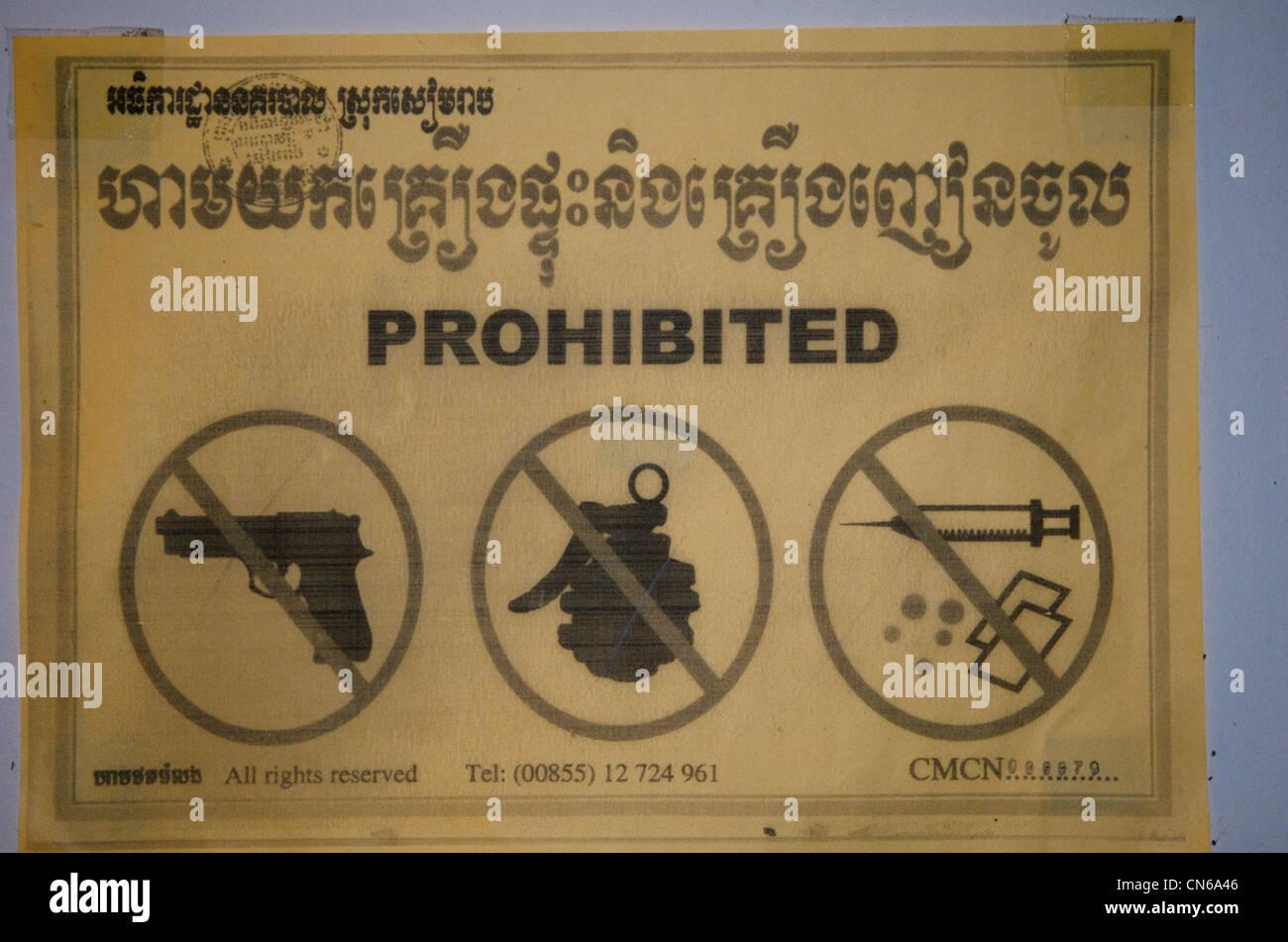 'No guns, hand grenades or drugs' bilingual sign, Siem Reap, Cambodia. credit: Kraig Lieb - Stock Image