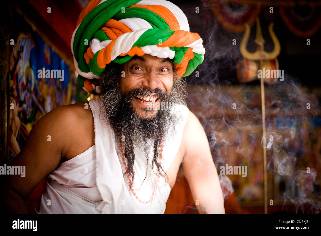 Sadhu in front of Brahma temple with  enormously  big turban made of 80 meter long pieces of material ,during Pushkar - Stock Image