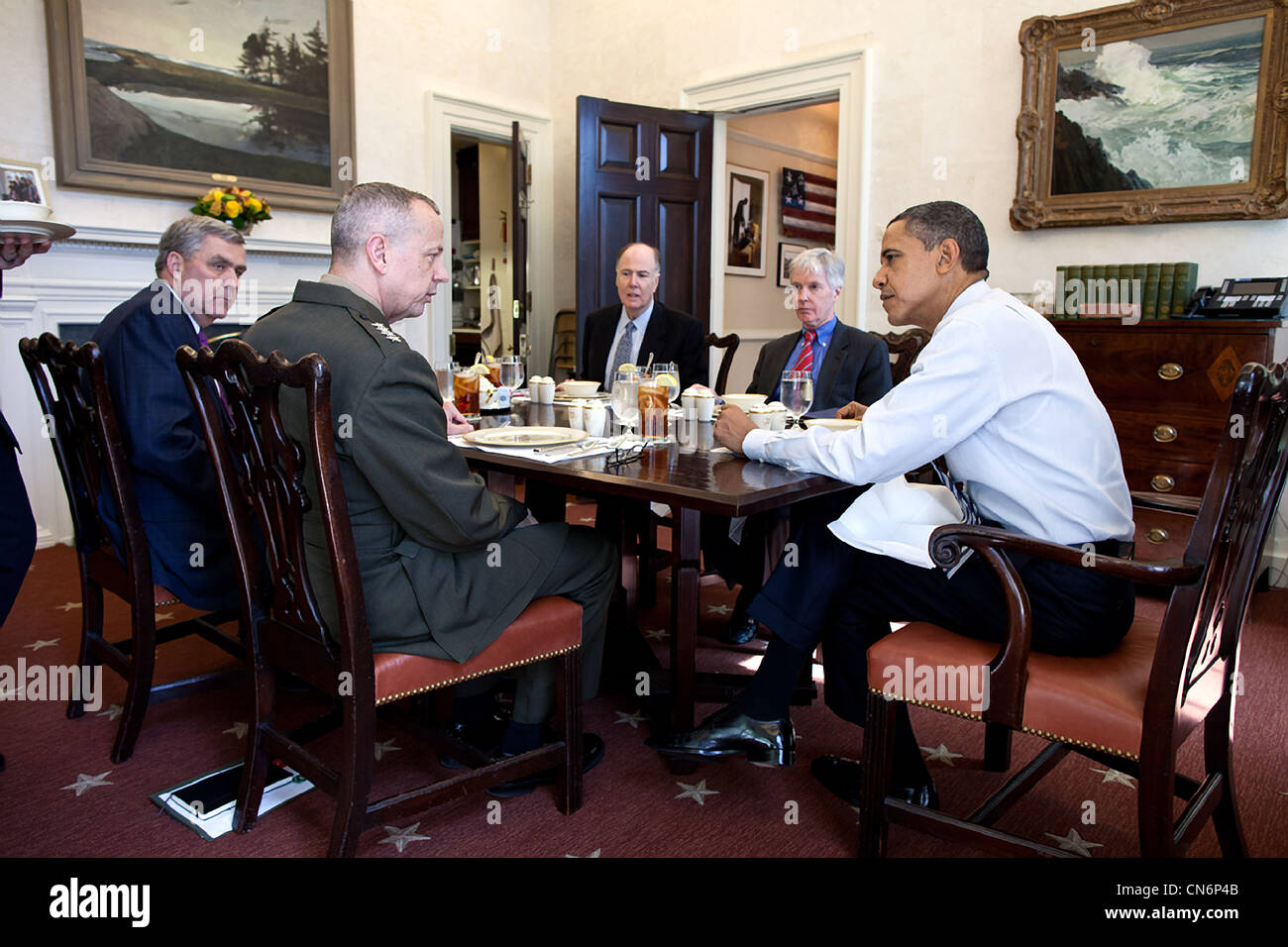 President Barack Obama has lunch with his Afghanistan Advisors in the Oval Office Private Dining Room March 12, - Stock Image