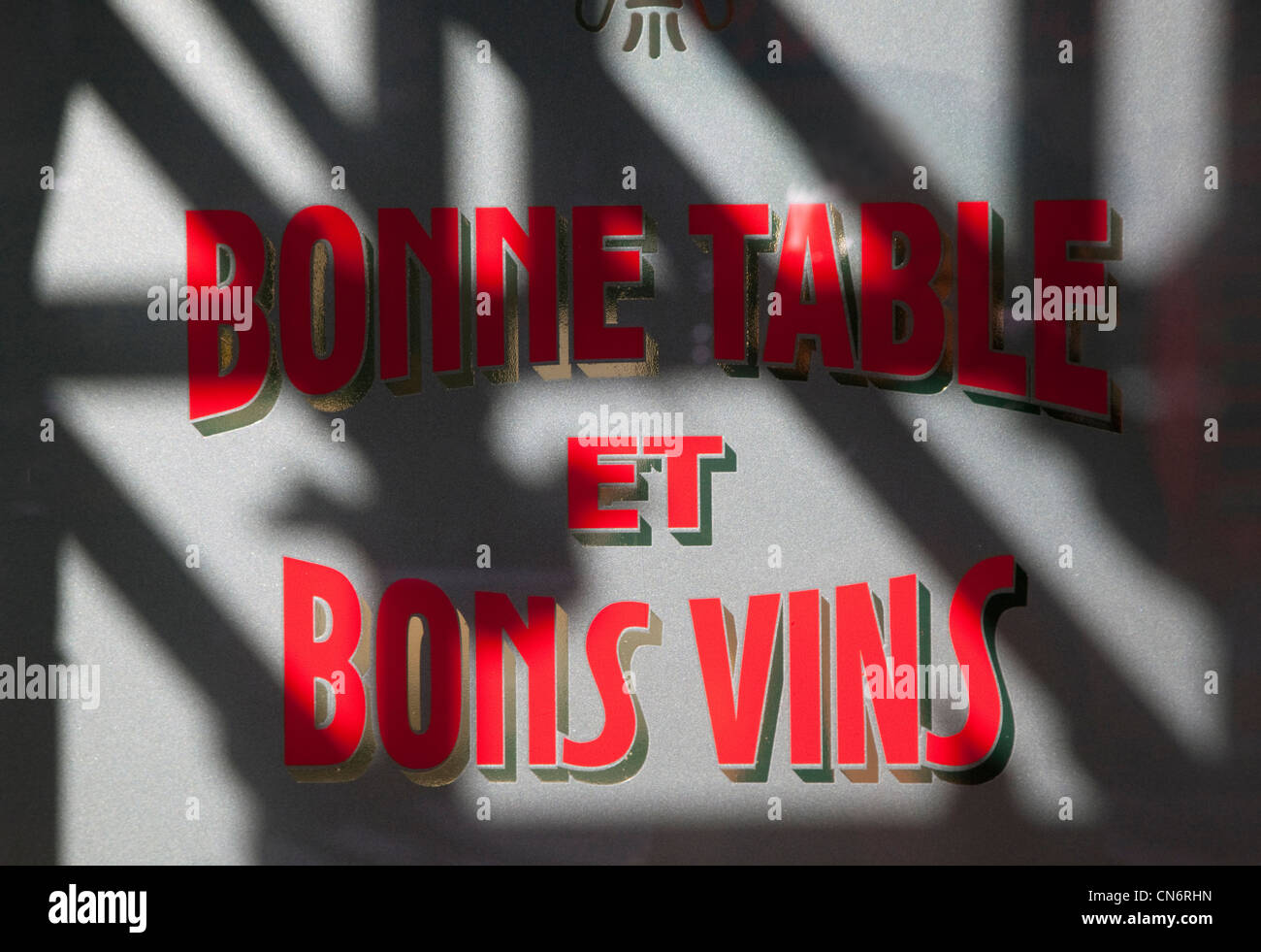 Bonne Table & Bons Vins (Good Food & Wine) sign in French restaurant window, London - Stock Image