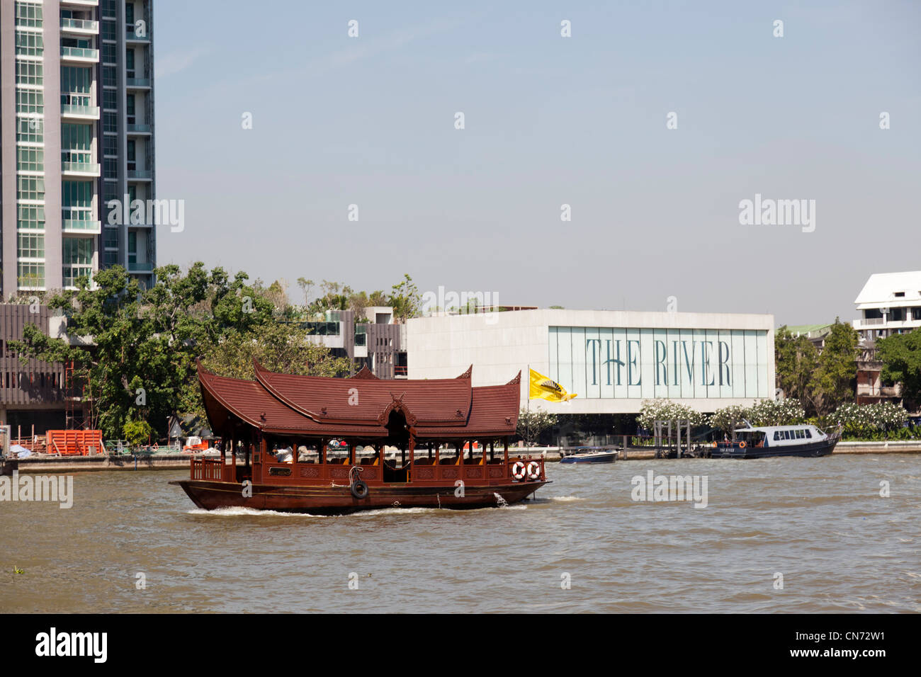 A picturesque hotel shuttle boat on the Chao Phraya river (Bangkok) Pittoresque bateau-navette d'hôtel - Stock Image