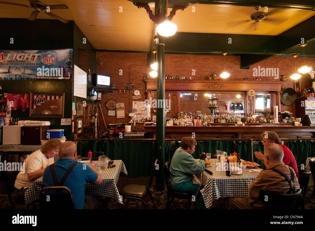 Diners tuck in at Woody's Bar and Grill on Main Street Dayton Washington State - Stock Image