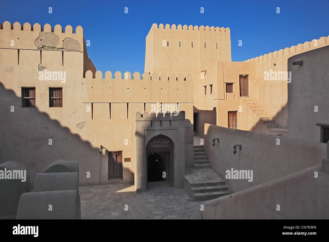 Eingang zum Fort Nizwa. Nizwa ist das Zentrum des omanischen Kernlandes. Die Oasenstadt liegt am Südrand des Hadschar Stock Photo