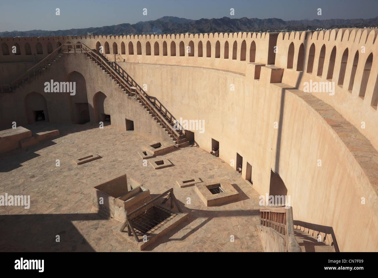 Kanonenplattform im Fort Nizwa. Nizwa ist das Zentrum des omanischen Kernlandes. Die Oasenstadt liegt am Südrand Stock Photo