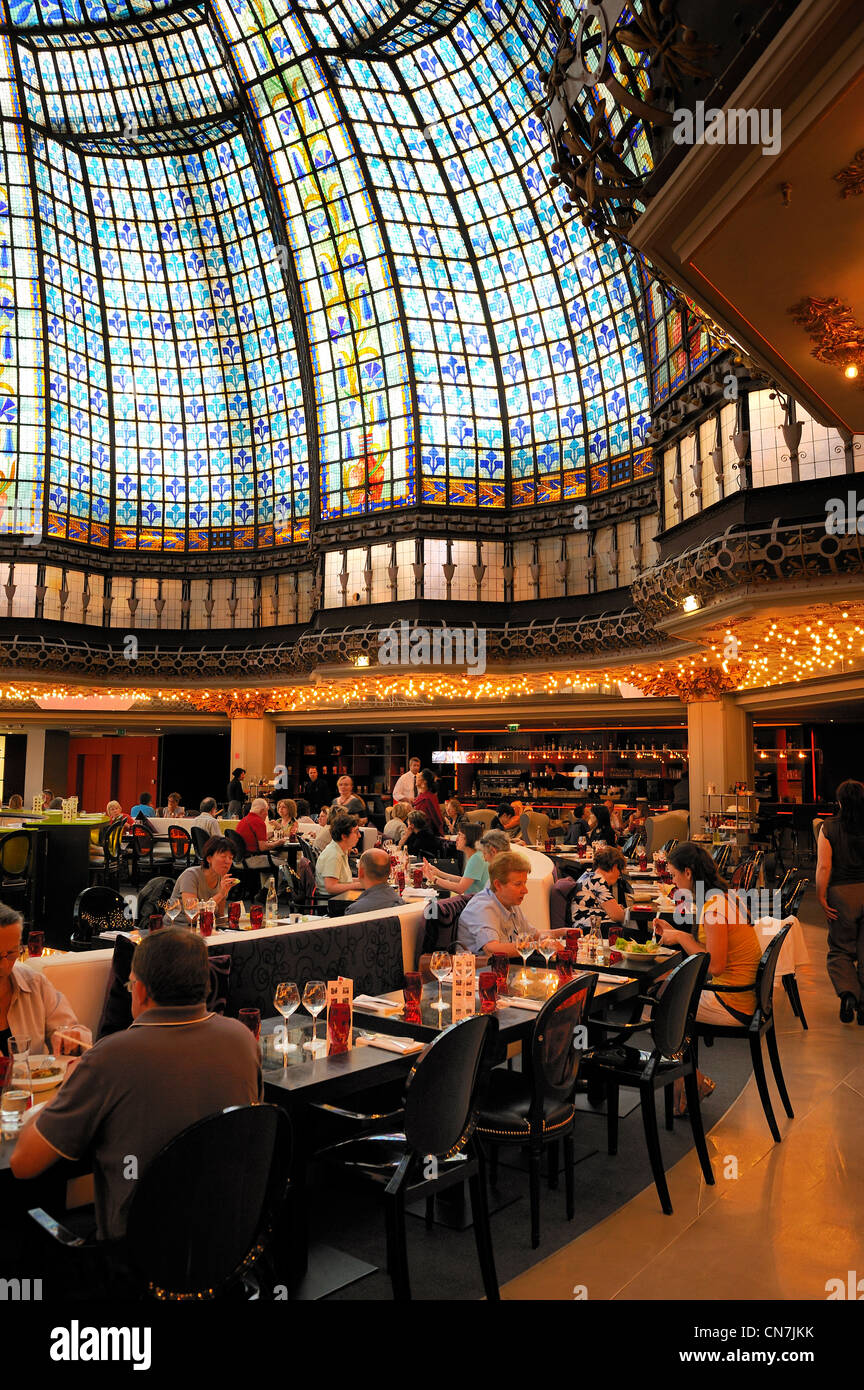 France, Paris, glass roof of the dome and the restaurant at the Printemps Haussmann boulevard department store - Stock Image