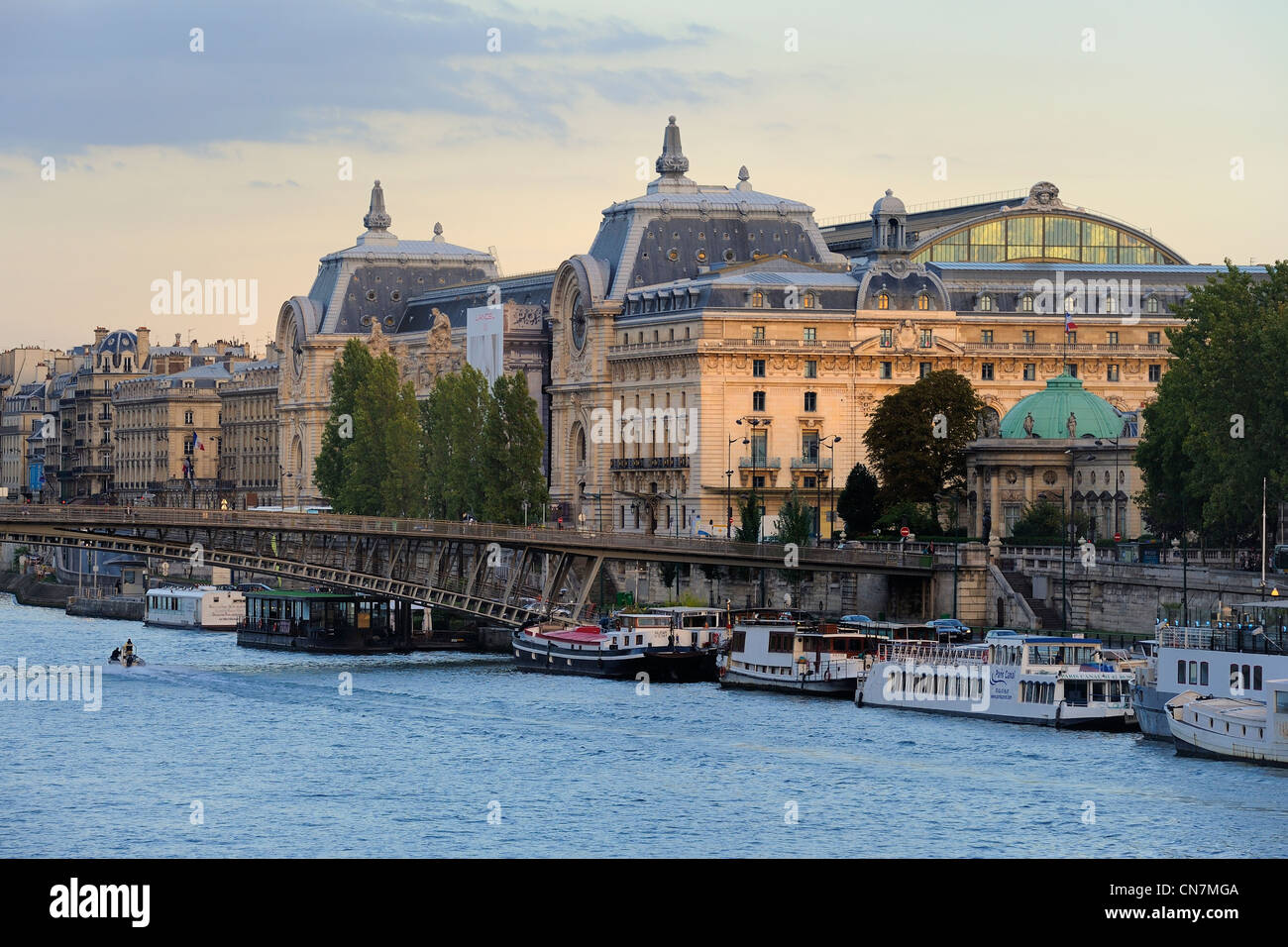 France, Paris, Left Bank, Orsay Museum, housed in the Gare d'Orsay, former railway station (1898) and the Passerelle - Stock Image