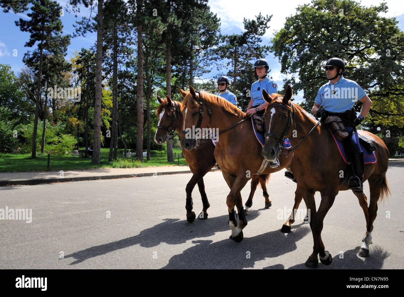 France, Paris, Republican Guardmen patrolling on horseback in the Bois de Boulogne - Stock Image