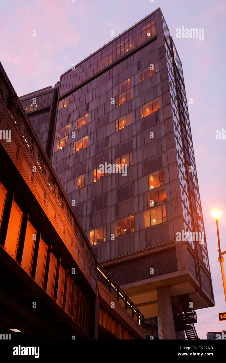 United States, New York City, Manhattan, Meatpacking District, Standard Hotel in the twilight, 848 Washington Street - Stock Image