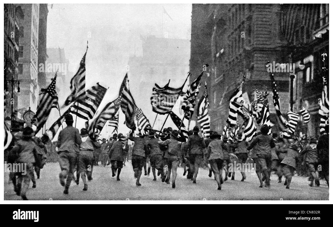 1917 Fifth Avenue New York American Flag Stars and Stripes march parade - Stock Image