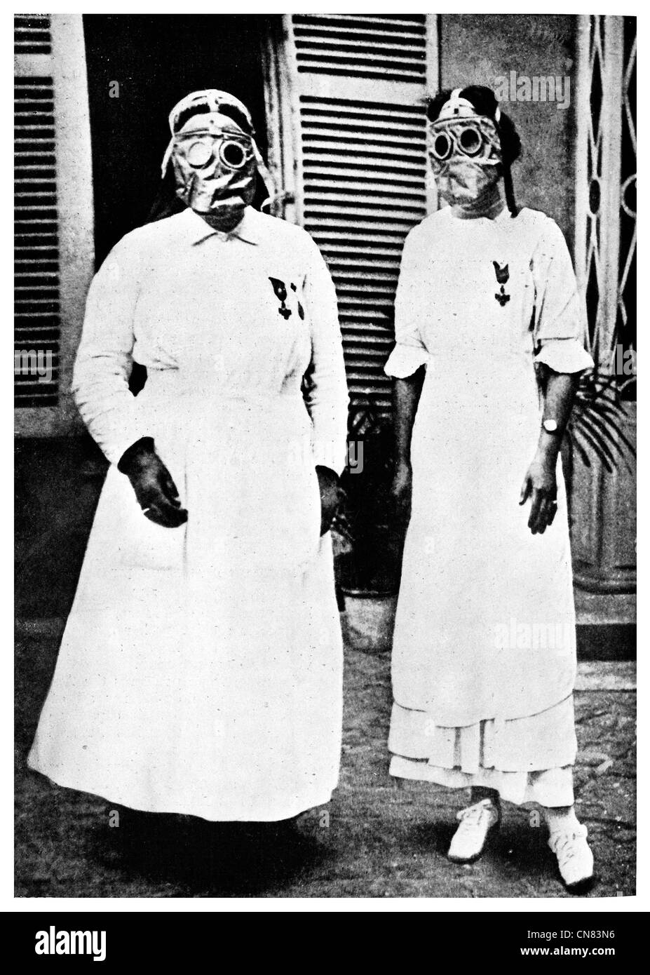 1917 Red Cross gas mask respirators front line poisonous gas - Stock Image