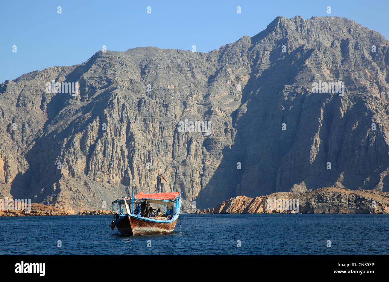 Dhau in den Buchten von Musandam, Shimm-Meerenge, in der omanischen Enklave Musandam, Oman Stock Photo