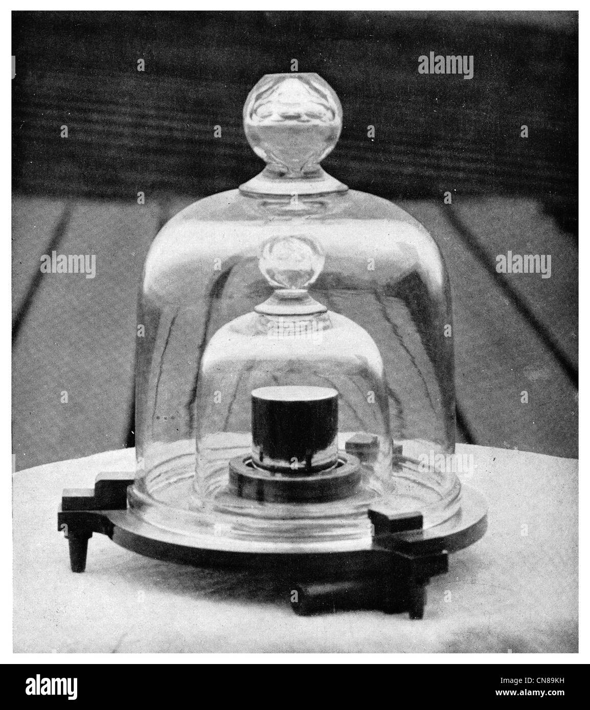First published 1915 Standard Kilogram Kilo Gram weight Pound Troy Avoirdupois - Stock Image