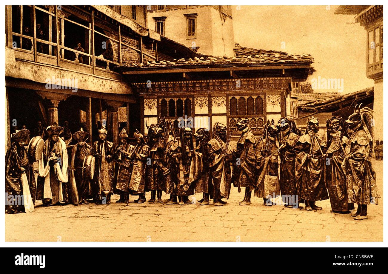First published 1914 Masked Dancers Tongsa trongsa Jong Bhutan lamas monks dance devil Buddhism - Stock Image