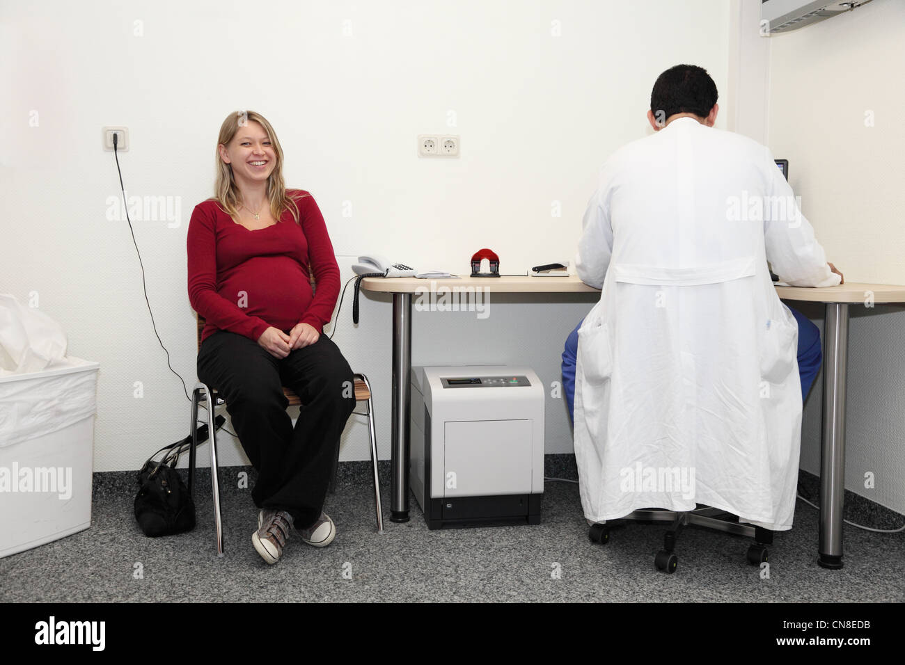 Pregnant woman consulting the gynecologist - Stock Image