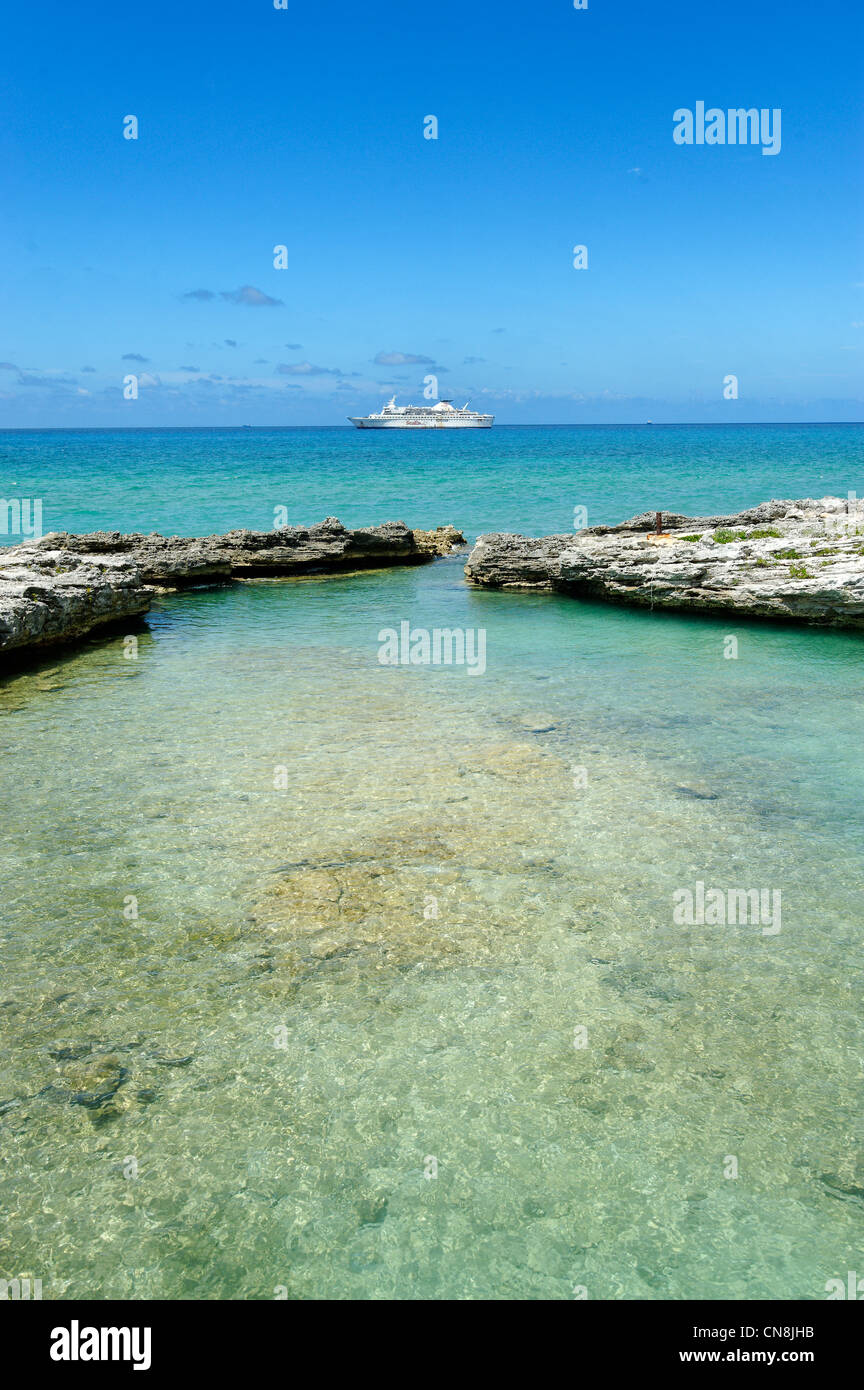 Bahamas, Grand Bahama Island, Eight Mile Rock, Boiling Hole, natural lagoon that fills at high tide, giving evidence - Stock Image