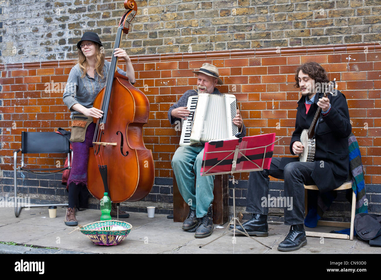 United Kingdom, London, East End, Columbia Road, musicians playing at the flowers market on a Sunday morning - Stock Image