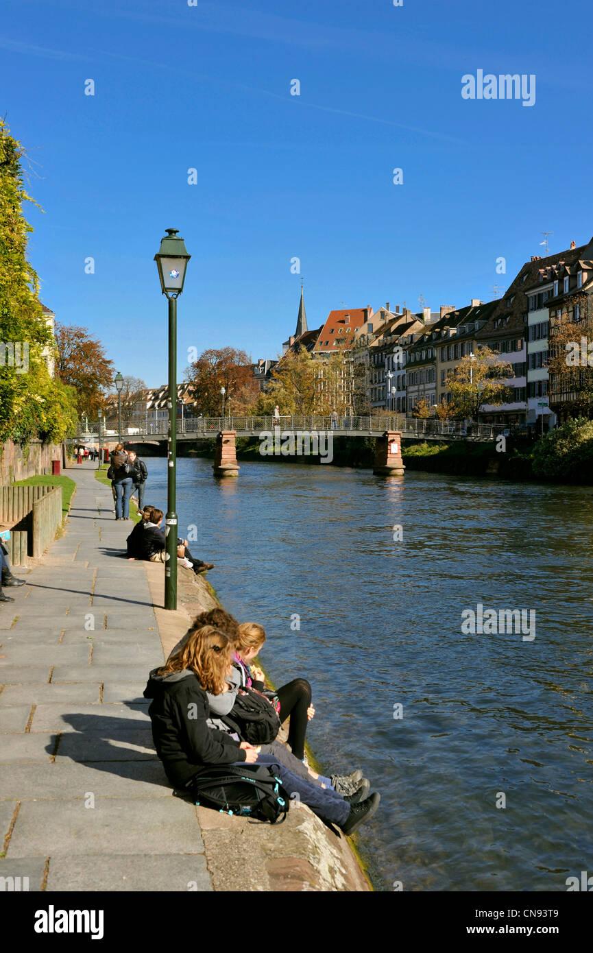 France, Bas Rhin, Strasbourg, the banks of Ill River, Quai des Bateliers - Stock Image