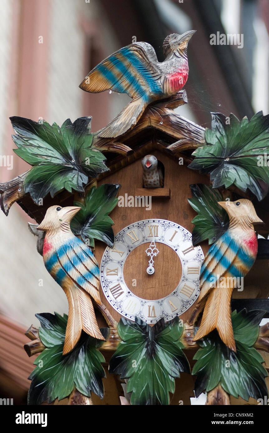 Germany, Hesse, Rudesheim am Rhein, clock wooden cuckoo in Drosselgasse - Stock Image