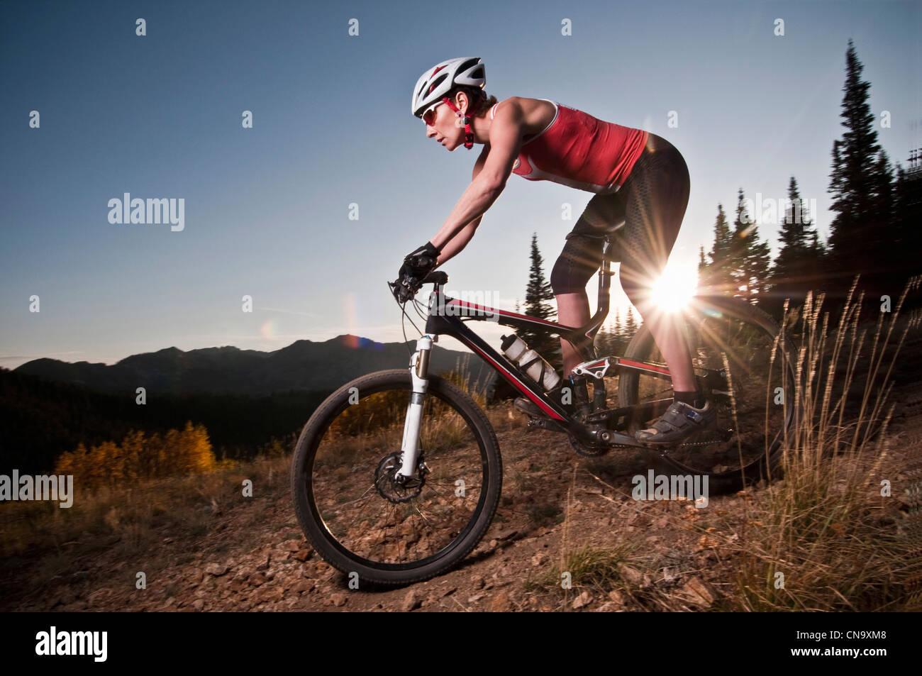 Mountain biker on dirt path - Stock Image