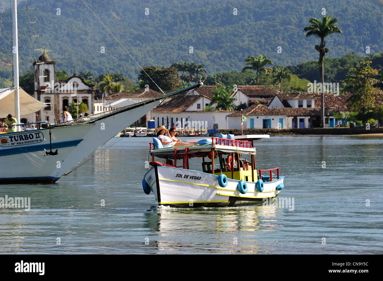 Brazil, Rio de Janeiro State, Paraty, cruising on traditional boat in Paraty Bay - Stock Image