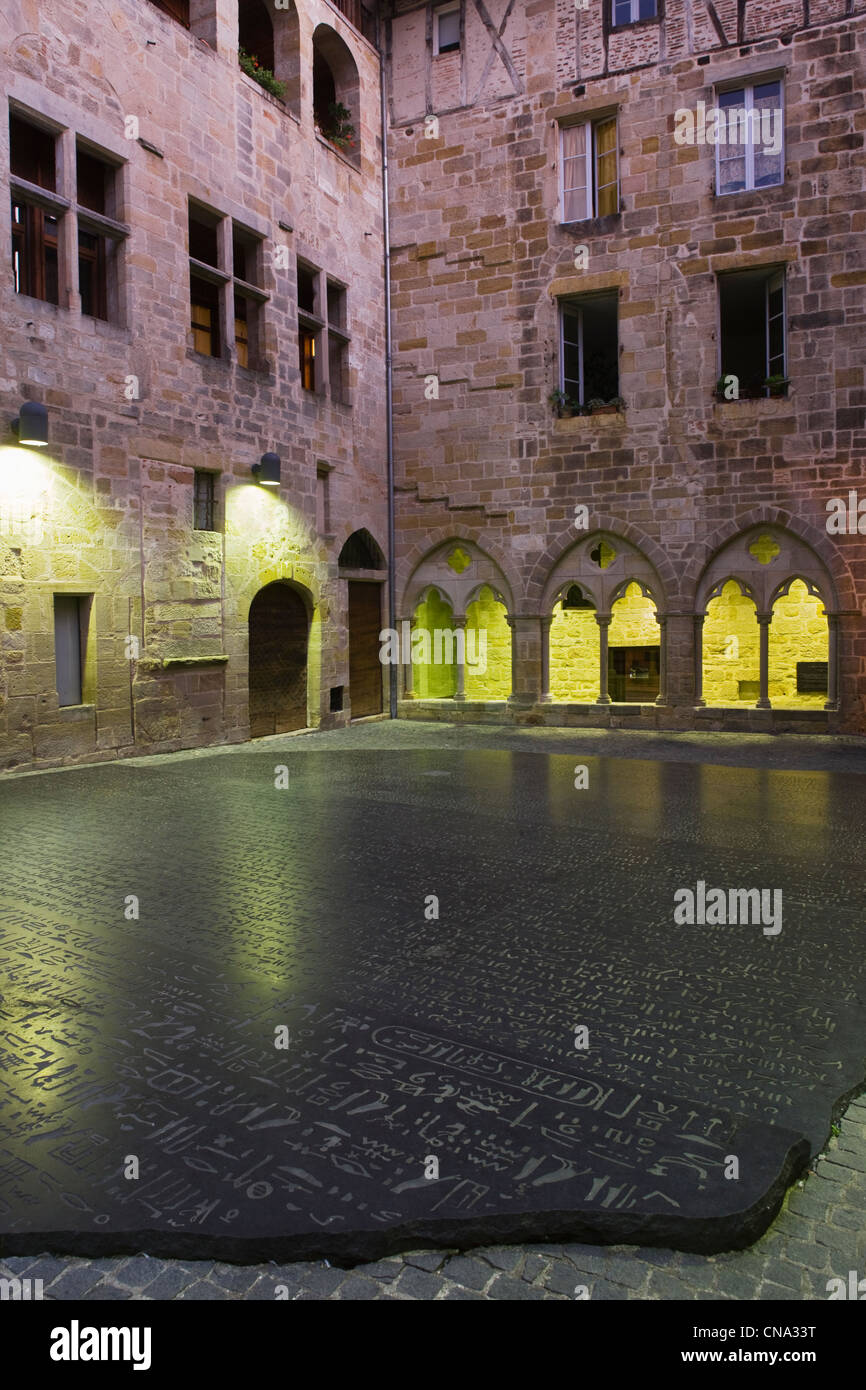 France, Lot, Figeac, Night View of the Place of Scripture reproduction of giant Rosetta stone carved in black granite - Stock Image