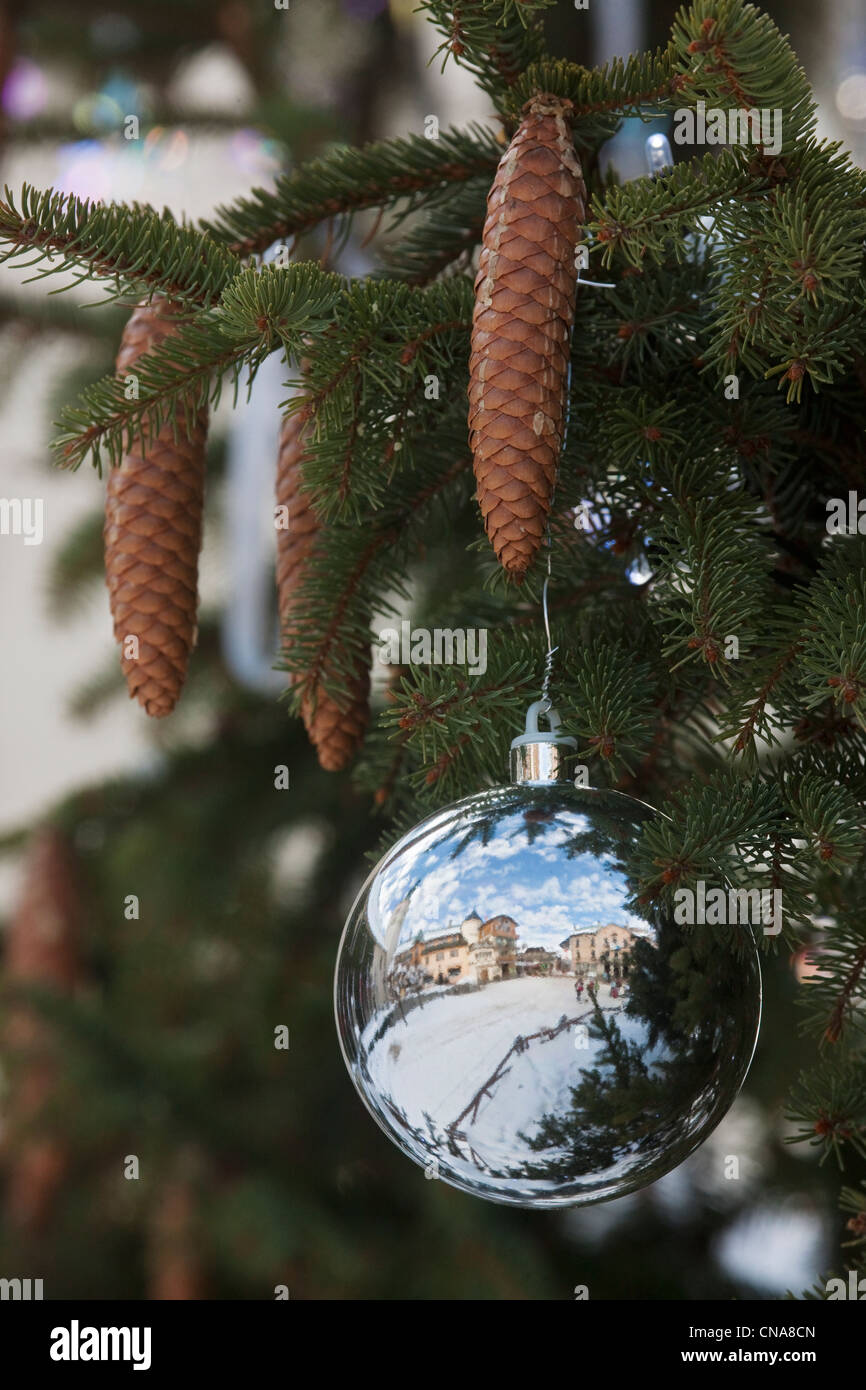 France, Haute Savoie, Megeve, detail of the Christmas tree decorated with Swarovski on the church square, reflecting - Stock Image