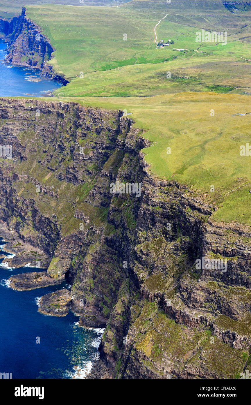 United Kingdom, Scotland, Highland, Inner Hebrides, Isle of Skye, the steep cliffs of the north-west coast south - Stock Image