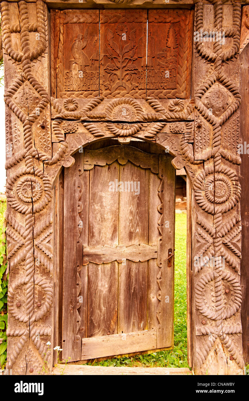 Traditional folk art carved farm gate near Sighet, Maramures, Romania - Stock Image