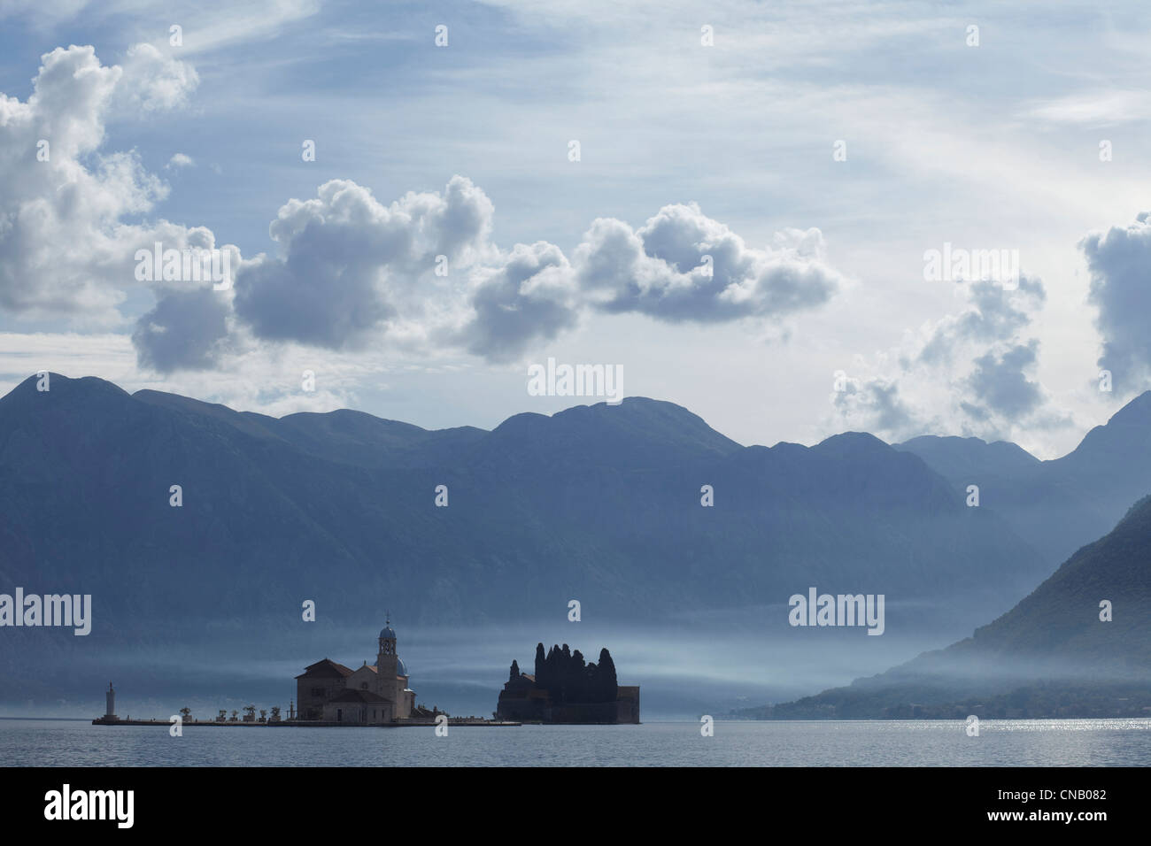 Castle on island in still lake - Stock Image