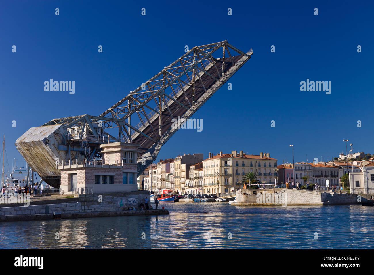 France, Herault, Sete, lift bridge of Tivoli, sailing boats passing through - Stock Image